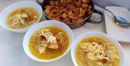 Лучена супа с крутони