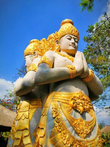 Позлатени статуи на Балийски божества